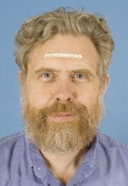 자를 얼굴에 올려놓구 있는 George Church